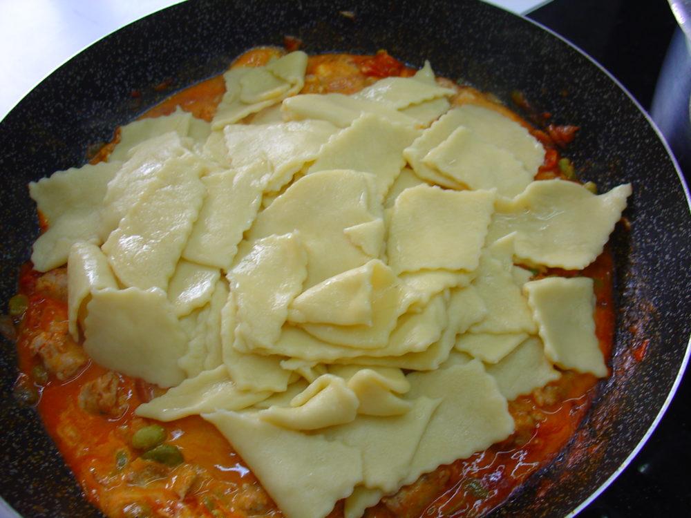 pasta all'uovo con salsiccia