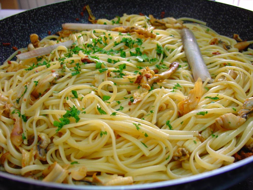 spaghetti con ricci di mare e cannolicchi