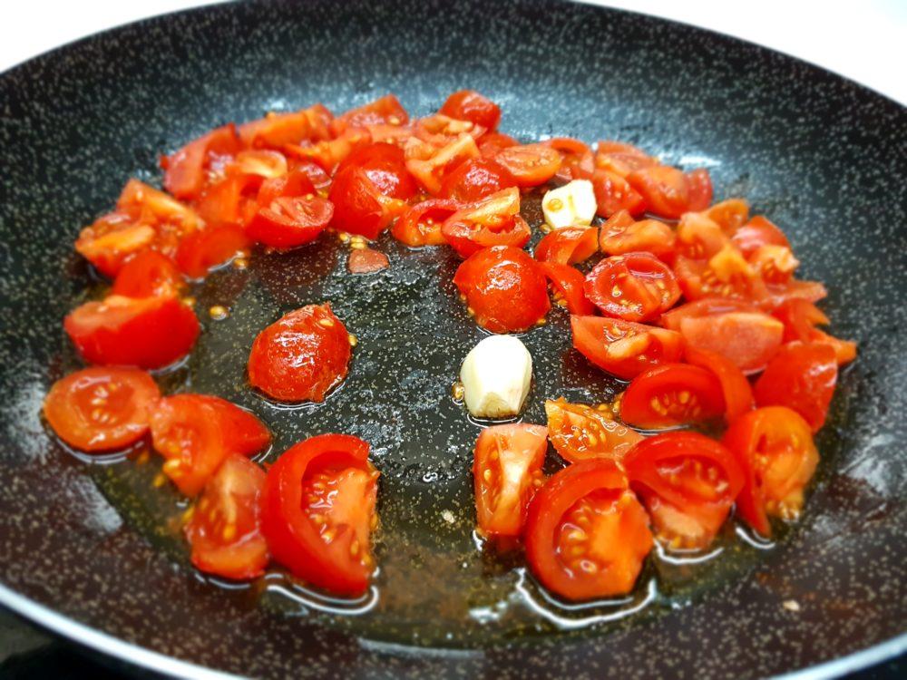 pomodori e aglio in padella