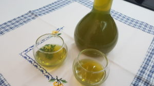 liquore con foglie di ulivo