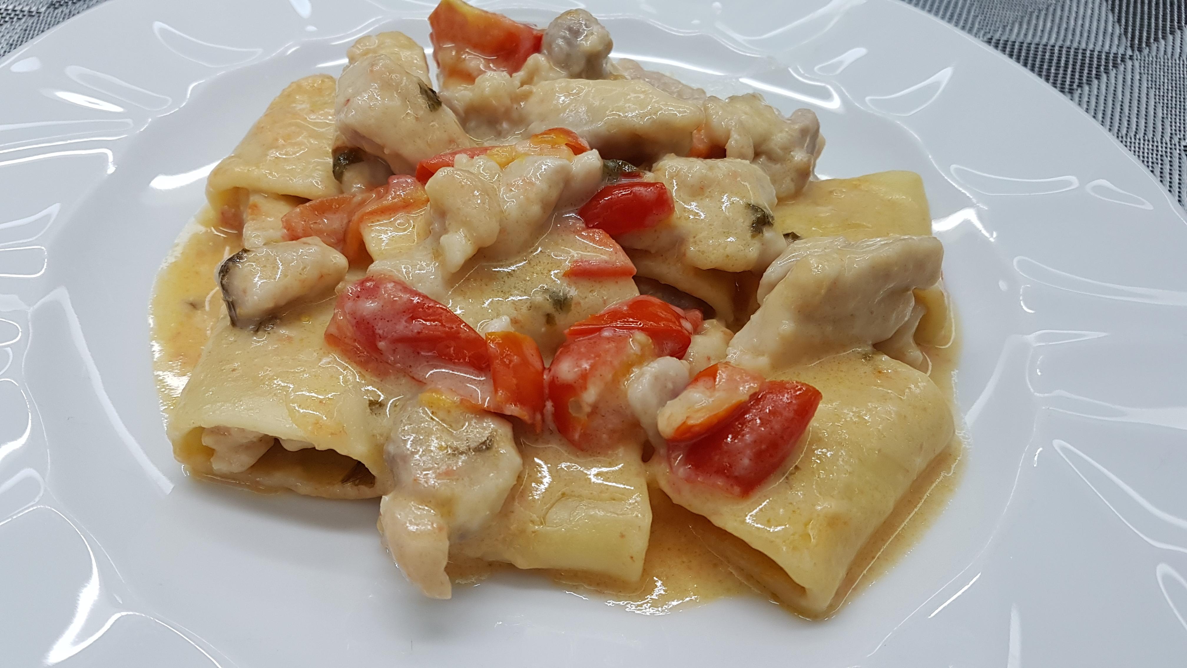 pasta con tocchi di pollo e pomodori